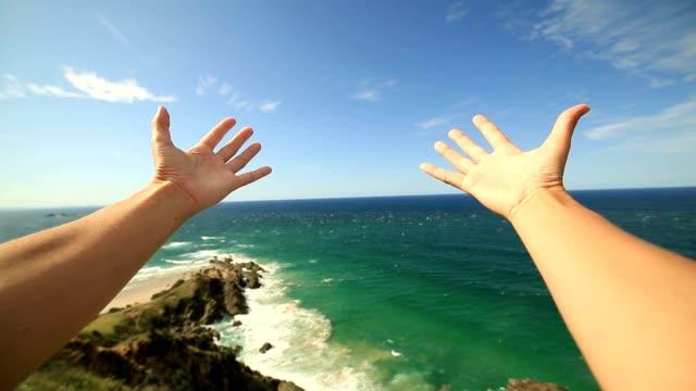 POV de persona abraza al mar