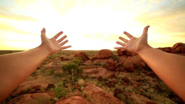 vidéos et rushes de pov de personne s'étendant les bras vers les billes du diable au lever du soleil - respect
