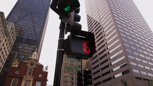 pov, panning, low angle, downtown boston, usa - 金箔点の映像素材/bロール