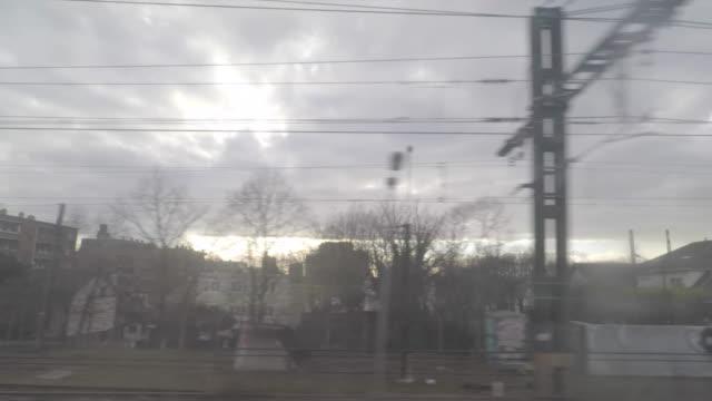 vidéos et rushes de pov urban landscape seen through window of moving train - banlieue pavillonnaire