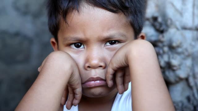 hd 貧困-人のポートレート - 少年一人点の映像素材/bロール