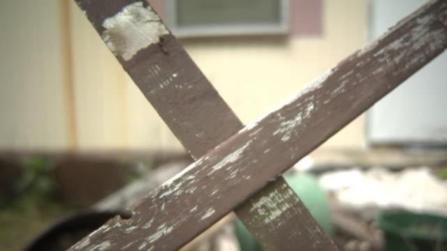vídeos de stock, filmes e b-roll de a pobreza casa varanda view - envelhecido efeito fotográfico