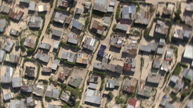 vídeos de stock e filmes b-roll de aerial zo poverty shacks, township khayelitsha, western cape, south africa - afastar imagem
