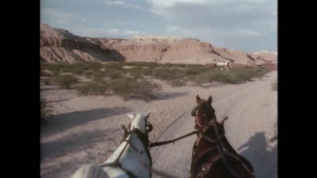 povs covered wagon driving in texas desert; 1979 - 外乗点の映像素材/bロール