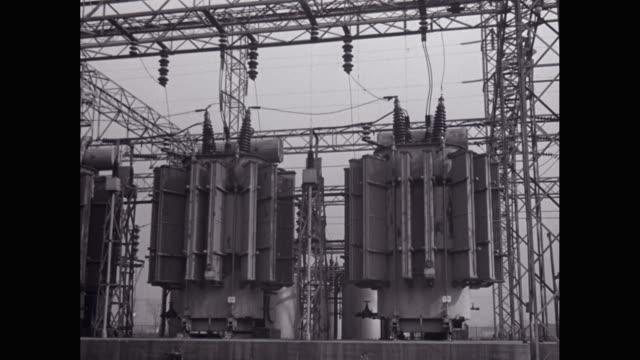stockvideo's en b-roll-footage met ms pan power equipment with industrial building / united states - stroomtransformator