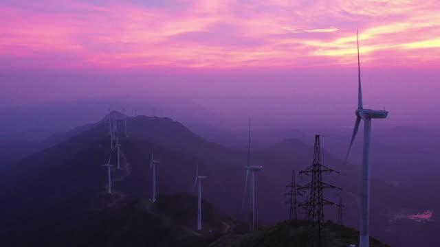 generatierende windmühlen - power line stock-videos und b-roll-filmmaterial