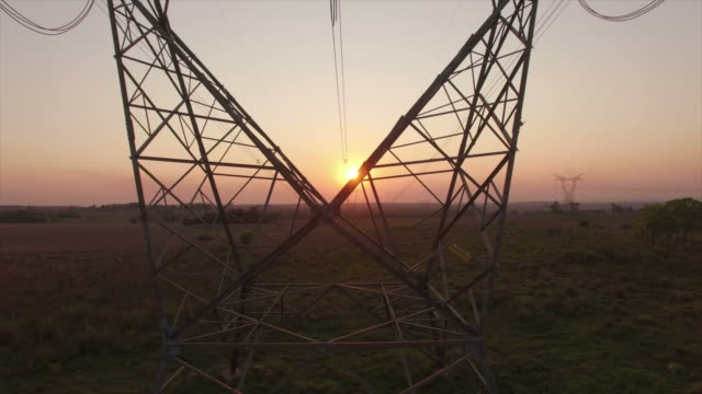 vídeos de stock, filmes e b-roll de linhas de energia e pôr do sol - cabo de alta tensão