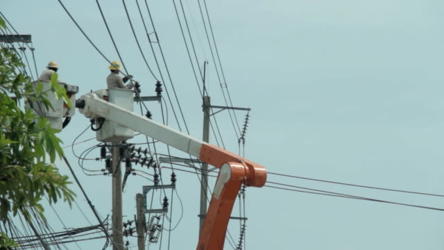 power linie arbeiter auf high voltage pole. - eimer stock-videos und b-roll-filmmaterial