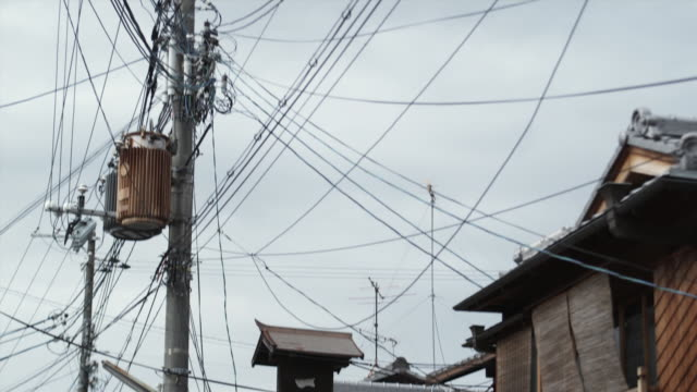 ms td tu power lines and tourists on narrow street, kyoto, japan - ワイヤー点の映像素材/bロール