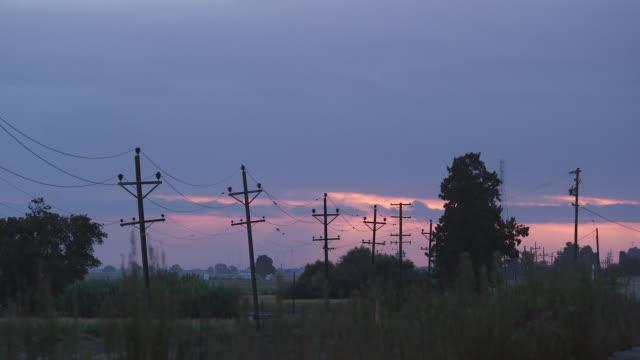 vídeos y material grabado en eventos de stock de power lines at dawn - wiese