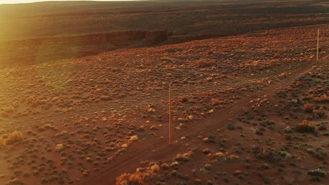 砂漠の送電線 - 空中 - インディアン居留地点の映像素材/bロール