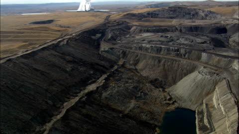 stockvideo's en b-roll-footage met elektriciteitscentrale - kolen gestookte elektriciteitscentrale en open mine - luchtfoto - wyoming, lincoln county, verenigde staten - wyoming