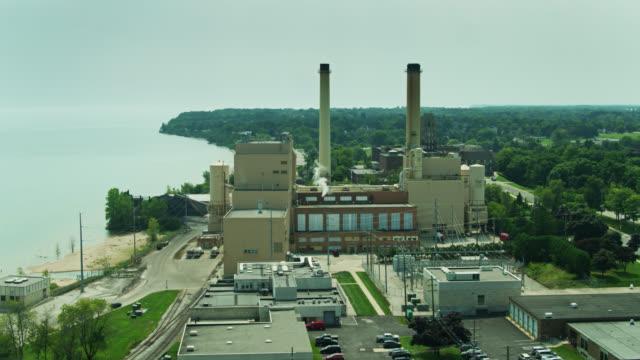 power plant in manitowoc, wi - drone shot - ウィスコンシン州点の映像素材/bロール