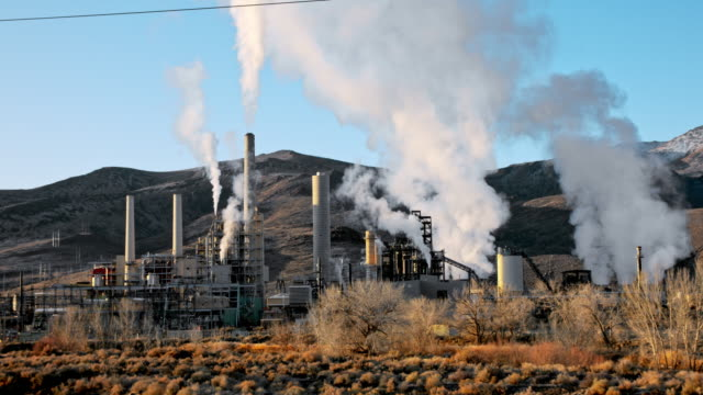 kraftwerk in der wüste bei reno. nevada - stromnetz stock-videos und b-roll-filmmaterial