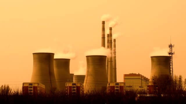vídeos de stock e filmes b-roll de power plant pollution in china - chaminé de fábrica