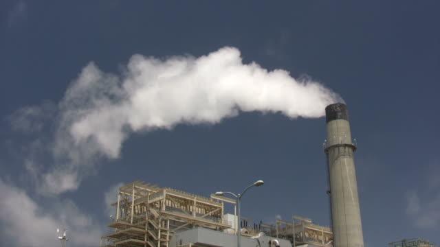 stockvideo's en b-roll-footage met power plant smoke stack - hoogoven