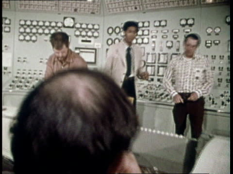 1974 ds power plant technicians working in control room / united states - 1974 bildbanksvideor och videomaterial från bakom kulisserna