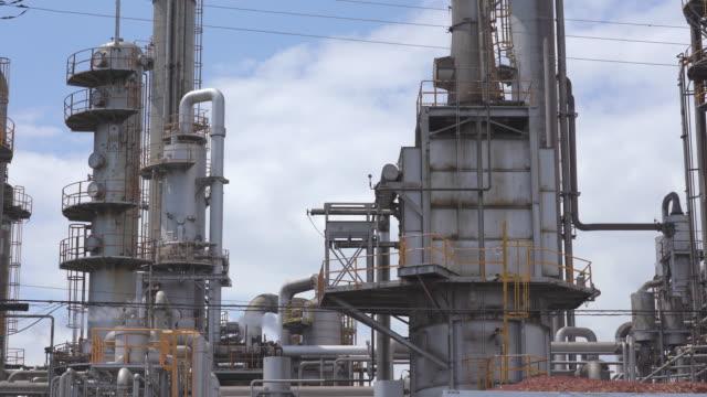 煙のスタックおよび貯蔵タンクが付いている発電所 - 発電所点の映像素材/bロール