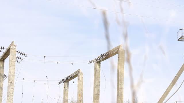 vídeos y material grabado en eventos de stock de postes de energía cerca de la fábrica - contenedor de muestras