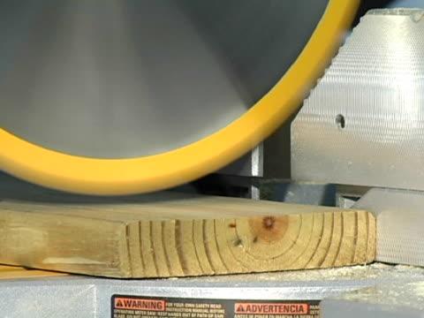 vídeos de stock, filmes e b-roll de power viu corte de madeira - serra circular