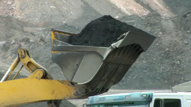 vídeos y material grabado en eventos de stock de ms ts power shovel putting coal in truck / andorra, teruel, spain - comunidad autónoma de aragón