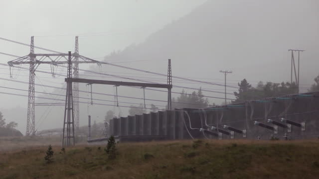 stockvideo's en b-roll-footage met power station in heavy rain - waterkracht