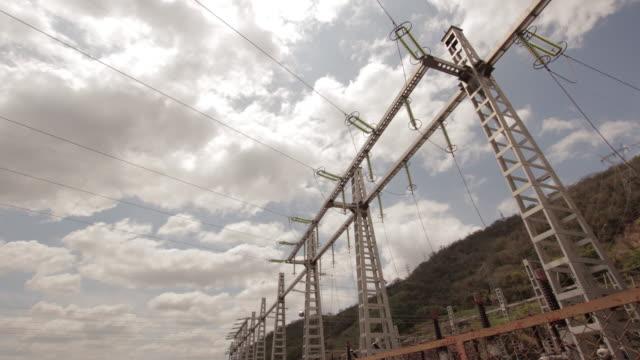 vídeos de stock, filmes e b-roll de power transmission towers - cabo de alta tensão