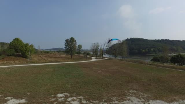 vídeos y material grabado en eventos de stock de powered paragliding at gudeurae ferry of geumgang river / buyeo-gun, chungcheongnam-do, south korea - terrenos a construir