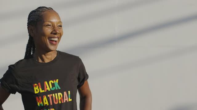powerful black woman - natürliches haar stock-videos und b-roll-filmmaterial