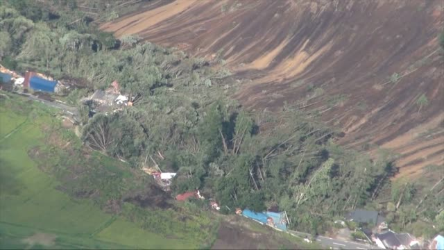 vidéos et rushes de a powerful earthquake of magnitude 67 on japan's northern island of hokkaido caused a landslide that engulfed houses early on thursday injuring and... - tremblement de terre