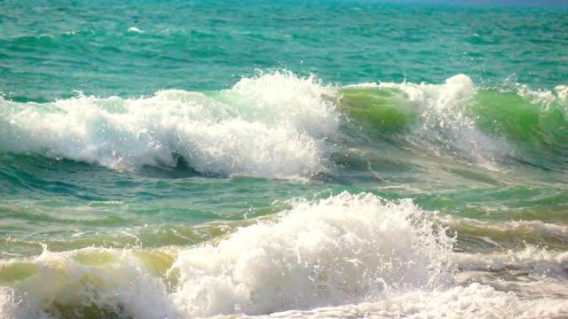 熱帯の島、スローモーションの強力な波のカールします。 - 丸くなる点の映像素材/bロール