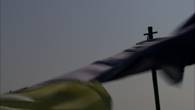 a powerful wind blows sheets and clothing horizontal on a clothesline. - blanket stock videos & royalty-free footage