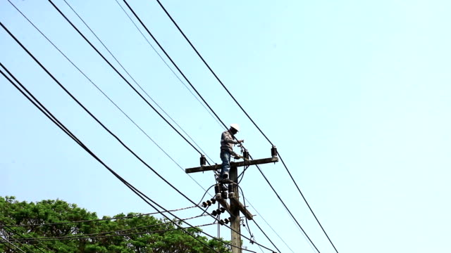 stockvideo's en b-roll-footage met powerline workers , chiangmai thailand - stroomuitval