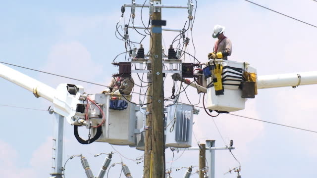 vídeos de stock, filmes e b-roll de a powerline trabalhadores - power line