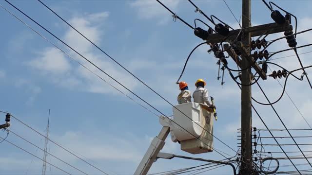 vídeos y material grabado en eventos de stock de trabajadores de powerline - electricidad