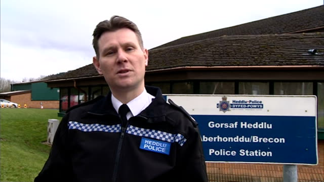 tributes paid to four victims; supt chris curtis speaking to press sot - 中央ウェールズ点の映像素材/bロール