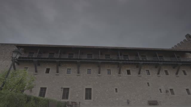 pozo en patio de edificio medieval - ajardinado stock videos and b-roll footage