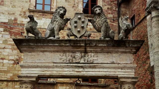 pozzo dei grifi e dei leoni in piazza grande, montepulciano - montepulciano stock videos & royalty-free footage