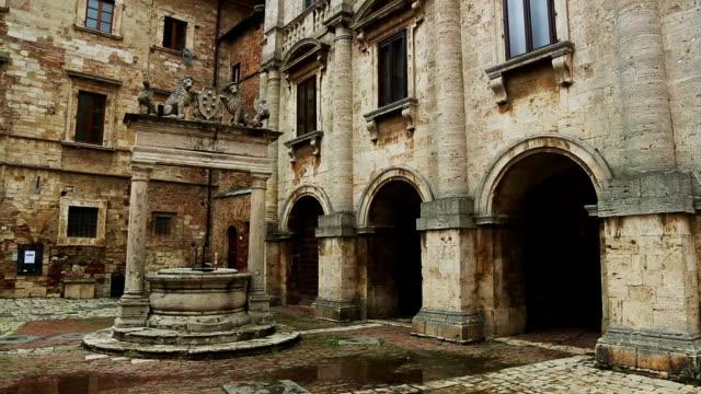 pozzo dei grifi e dei leoni in piazza grande, montepulciano - toscana video stock e b–roll
