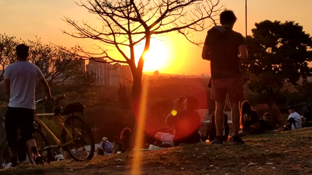 praca do pôr do sol in são paulo, brazil is popular amid families, children, dogs and young people who often stay to watch the sun go down. this... - pôr do sol stock videos & royalty-free footage