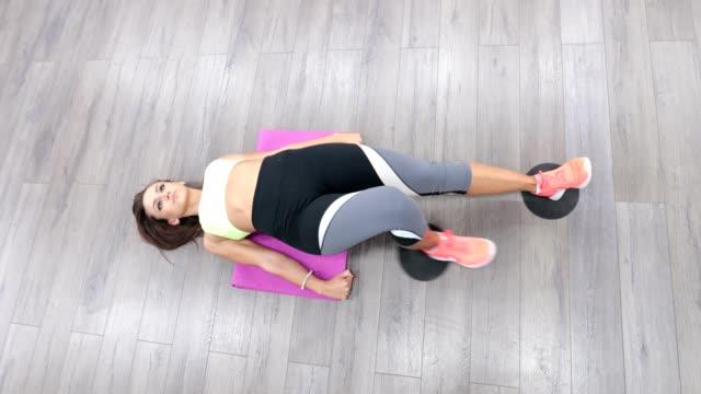 praxis in der liegeposition - gymnastikmatte stock-videos und b-roll-filmmaterial