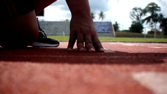 practice runner training - blocco di partenza per l'atletica video stock e b–roll