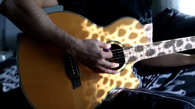 akustischen gitarre üben - akkord stock-videos und b-roll-filmmaterial