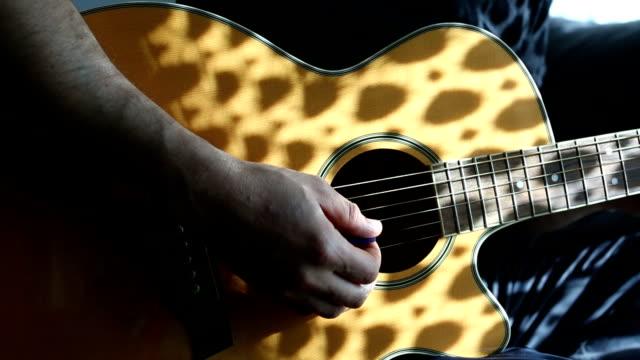 vídeos de stock, filmes e b-roll de praticando guitarra acústica - violão acústico