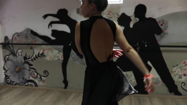 vídeos de stock, filmes e b-roll de praticar ballet - cabelo verde