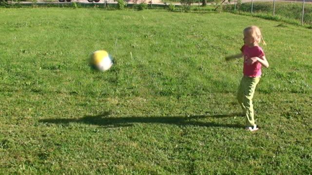vidéos et rushes de pratiquant le football - petites filles