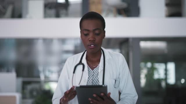 praktiserande medicin det smarta sättet - kvinnlig läkare bildbanksvideor och videomaterial från bakom kulisserna