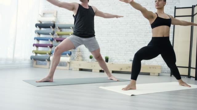 vídeos de stock, filmes e b-roll de praticando yoga juntos - boa postura