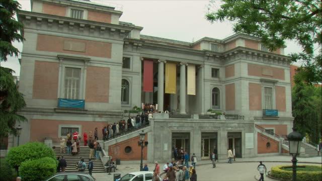ws prado museum exterior, madrid, spain - museo video stock e b–roll