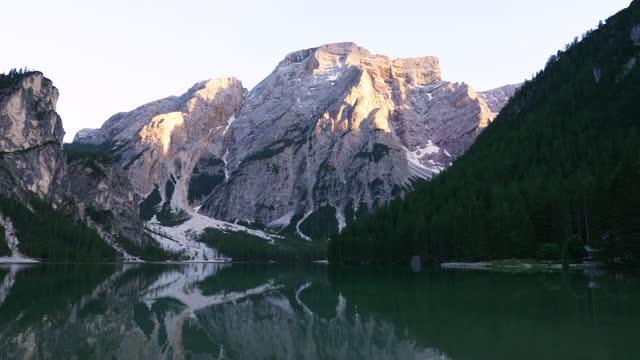 pragser wildsee (lago di braies) lake in dolomites (part of southern limestone alps) / south tyrol, italy - natural landmark stock videos & royalty-free footage